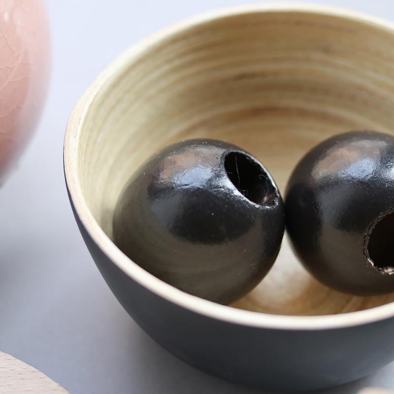 les perles décoratives en bois noir - 4 cm